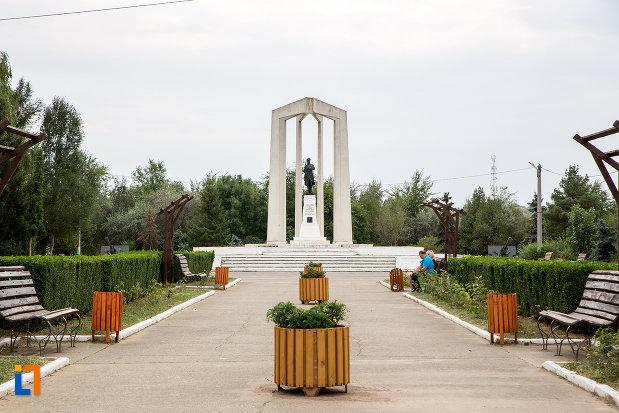 parcul-cu-monumentul-eroilor-din-slobozia-judetul-ialomita.jpg