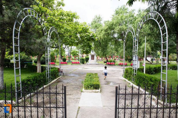 parcul-cu-monumentul-eroilor-razboiului-de-independenta-din-moreni-judetul-dambovita.jpg