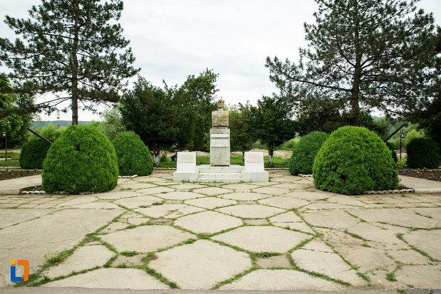 parcul-cu-monumentul-generalului-eremia-grigorescu-din-targu-bujor-judetul-galati.jpg