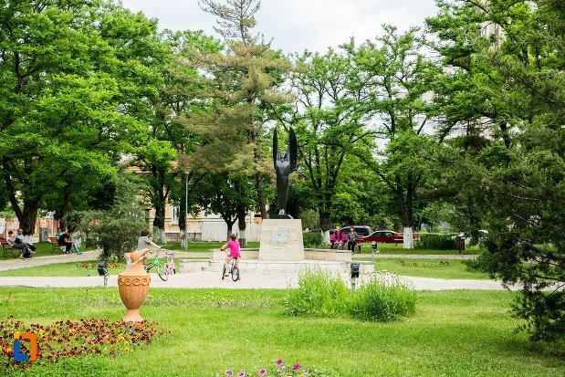 parcul-cu-monumentul-inchinat-aviatiei-romane-din-buzau-judetul-buzau.jpg