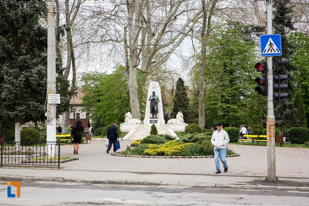 parcul-cu-statuia-generalului-ion-dragalina-din-caransebes-judetul-cara-severin.jpg