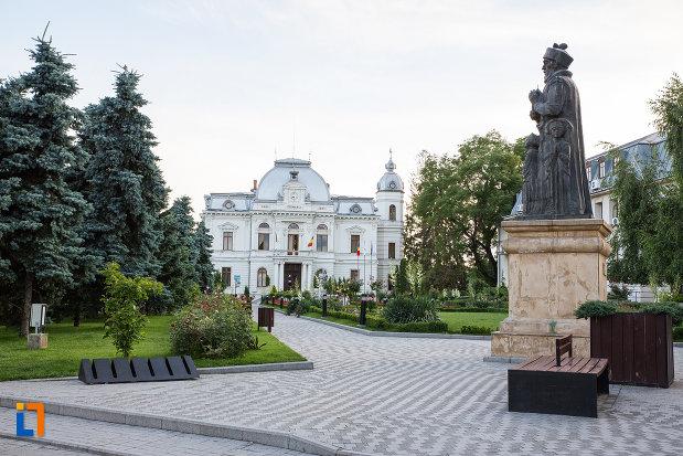 parcul-cu-statuia-lui-constantin-basarab-brancoveanu-si-fii-sai-din-targoviste-judetul-dambovita.jpg