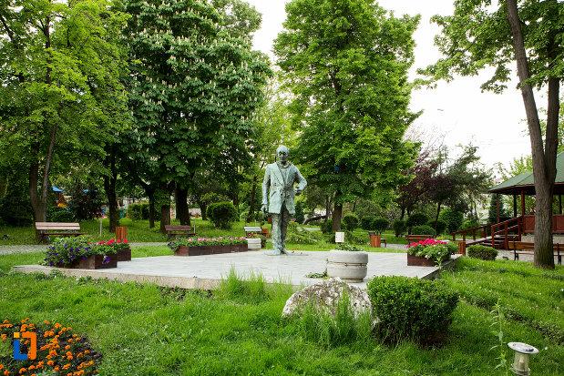 parcul-cu-statuia-lui-eugen-ionescu-din-slatina-judetul-olt.jpg