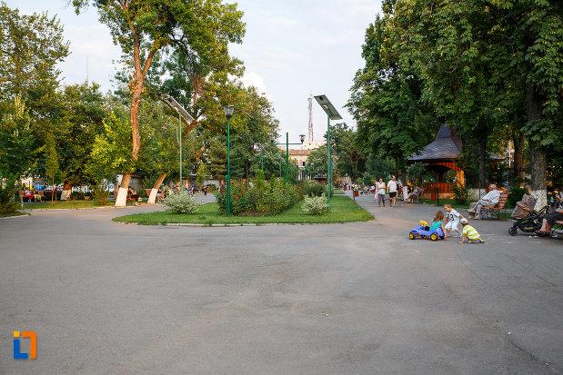 parcul-de-langa-statuia-lui-alexandru-ioan-cuza-din-alexandria-judetul-teleorman.jpg