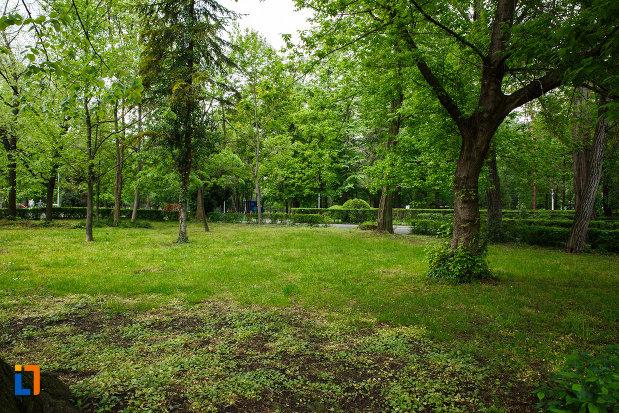 parcul-zavoi-din-ramnicu-valcea-judetul-valcea-imagine-cu-spatiu-verde.jpg