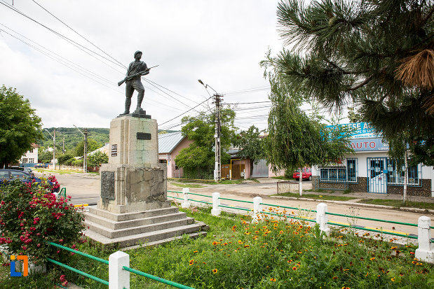 parculet-cu-monumentul-eroilor-din-primul-razboi-mondial-din-moreni-judetul-dambovita.jpg