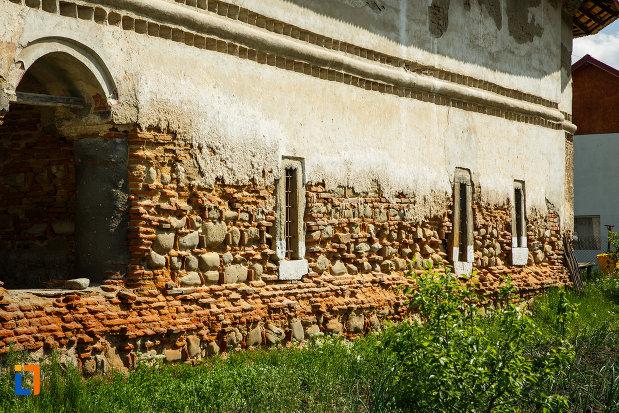 partea-de-jos-de-la-biserica-sf-ioan-botezatorul-1793-din-ocnele-mari-judetul-valcea-din-pacate-lasata-sa-se-degradeze.jpg