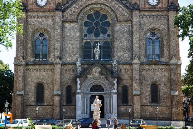 partea-de-jos-de-la-catedrala-romano-catolica-millenium-din-timisoara-judetul-timis.jpg