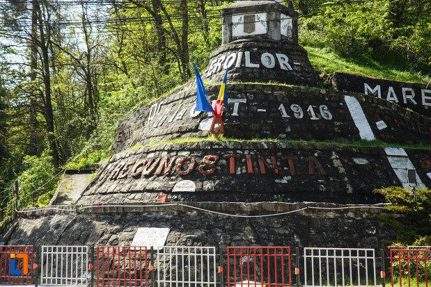 partea-de-jos-de-la-monumentul-eroilor-din-brezoi-judetul-valcea.jpg