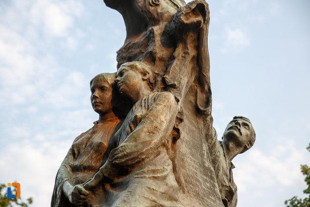 partea-de-jos-de-la-statuia-lui-alexandru-ioan-cuza-din-alexandria-judetul-teleorman.jpg