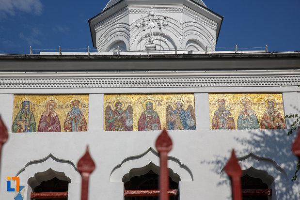 partea-de-sus-de-la-biserica-sf-voievozi-cu-hramurile-sf-arhangheli-mihail-si-gavril-sf-antonie-cel-mare-din-ploiesti-judetul-prahova.jpg