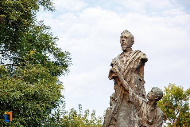 partea-de-sus-de-la-statuia-lui-alexandru-ioan-cuza-din-alexandria-judetul-teleorman.jpg