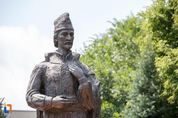 partea-de-sus-de-la-statuia-lui-liviu-vasilica-din-alexandria-judetul-teleorman.jpg