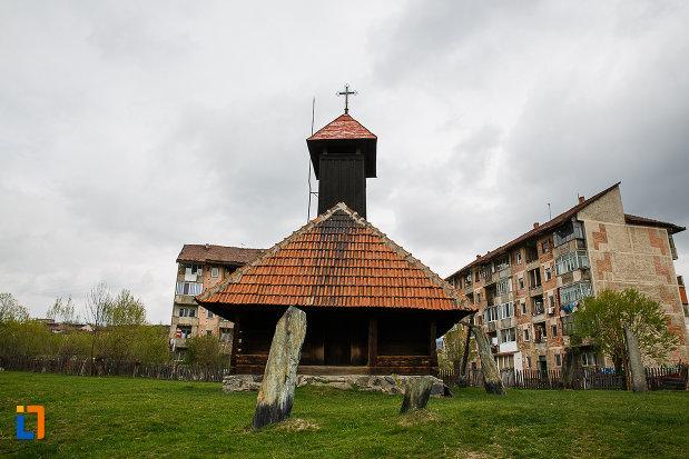 partea-din-fata-de-la-biserica-de-lemn-sf-arhangheli-biserica-sanonilor-din-petrosani-judetul-hunedoara.jpg