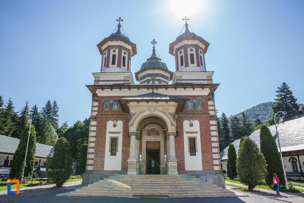 partea-din-fata-de-la-biserica-manastirea-sinaia-judetul-prahova.jpg