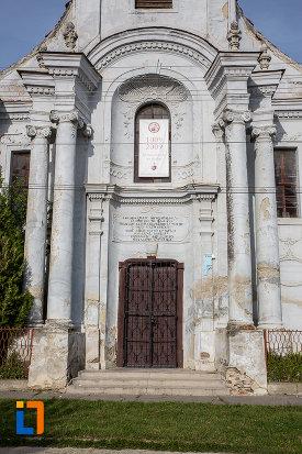 partea-din-fata-de-la-biserica-romano-catolica-sf-apostoli-petru-si-pavel-a-fostei-manastiri-mechitariste-din-dumbraveni-judetul-sibiu.jpg