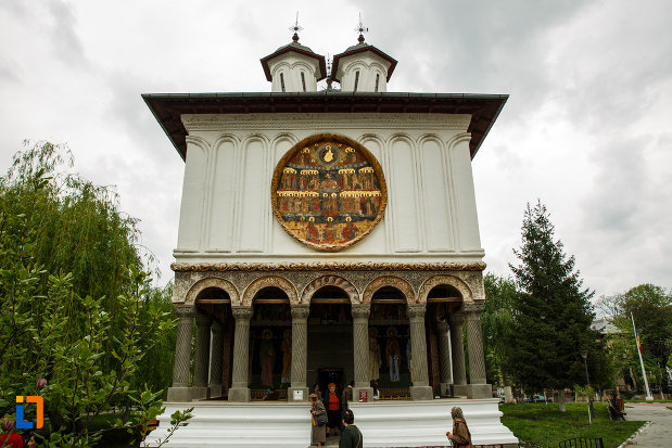 partea-din-fata-de-la-biserica-toti-sfintii-1764-din-ramnicu-valcea-judetul-valcea.jpg