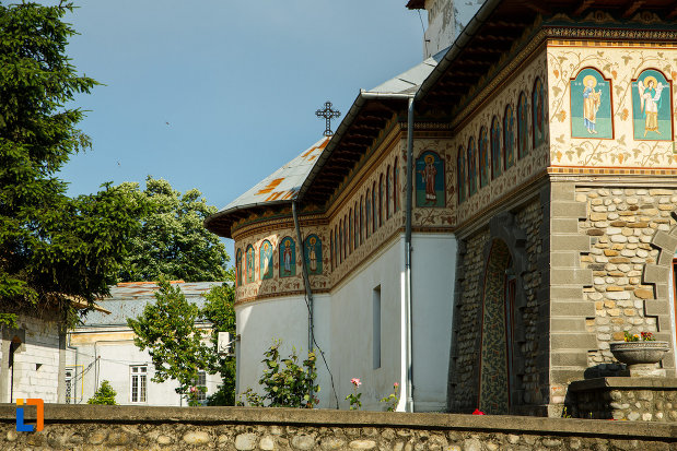partea-din-lateral-a-bisericii-sf-imparati-constantin-si-elena-din-odobesti-judetul-vrancea.jpg