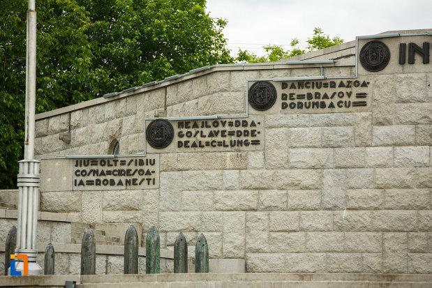 partea-stanga-de-la-mausoleul-eroilor-din-1916-1919-de-la-marasesti-judetul-vrancea.jpg