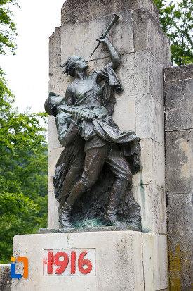 partea-stanga-de-la-monumentul-eroilor-din-azuga-judetul-prahova.jpg
