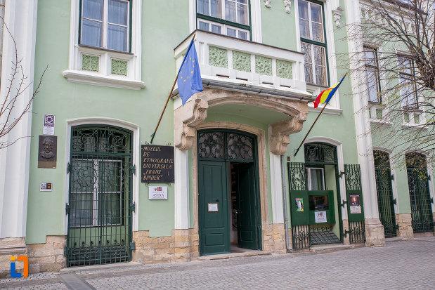 parterul-de-la-muzeul-de-etnogtrafie-universala-franz-binder-din-sibiu-judetul-sibiu.jpg