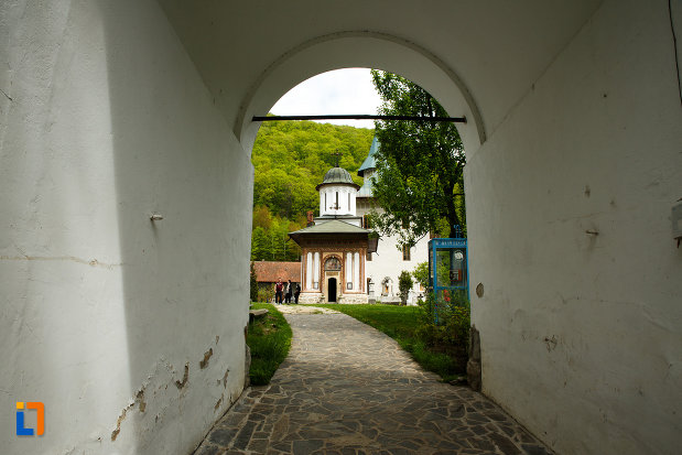 pasaj-aflat-la-manastirea-turnu-din-pausa-judetul-valcea.jpg