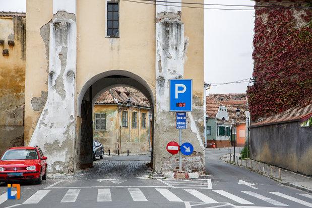 pasaj-de-la-latura-de-nord-turnul-portii-strazii-pietruite-curtine-fragmente-a-cetatii-din-medias-judetul-sibiu.jpg