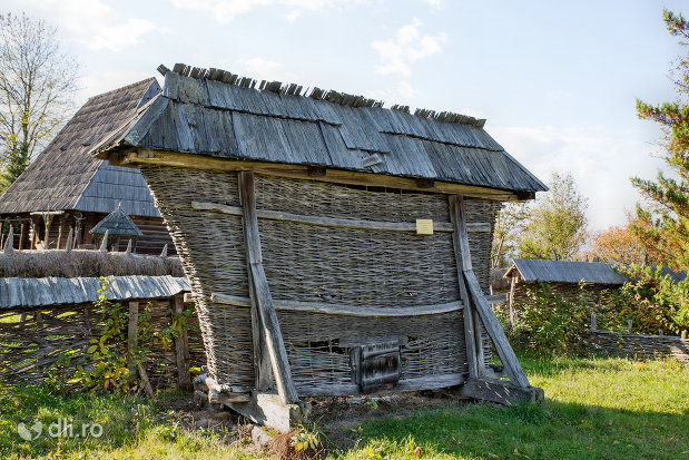 patul-din-muzeul-satului-din-sighetu-marmatiei-judetul-maramures.jpg