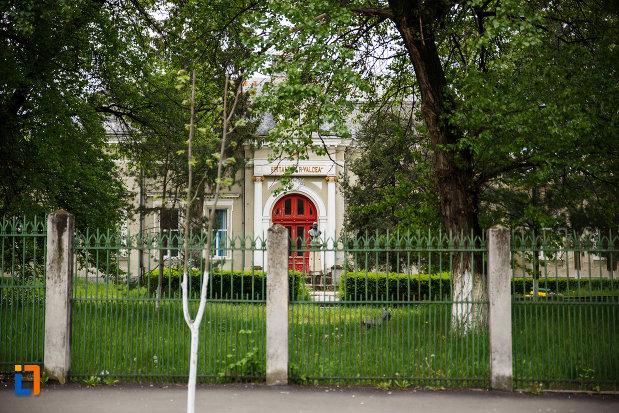 pavilionul-central-al-spitalului-din-ramnicu-valcea-judetul-valcea-fotografie-cu-gardul-si-spatiul-verde-aferent-spitalului.jpg