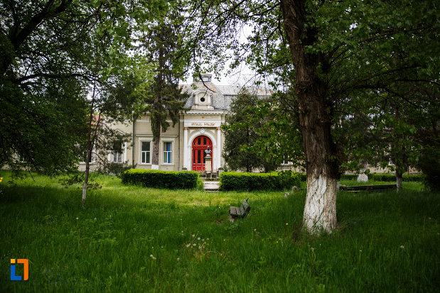 pavilionul-central-al-spitalului-din-ramnicu-valcea-judetul-valcea-imagine-de-la-distanta.jpg