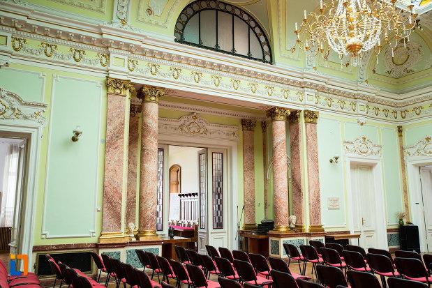 perete-din-aula-de-la-muzeul-de-arta-si-arta-populara-palatul-marincu-din-calafat-judetul-dolj.jpg