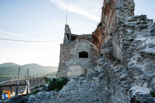 peretii-din-piatra-de-la-vechea-cetatea-din-deva-judetul-hunedoara.jpg