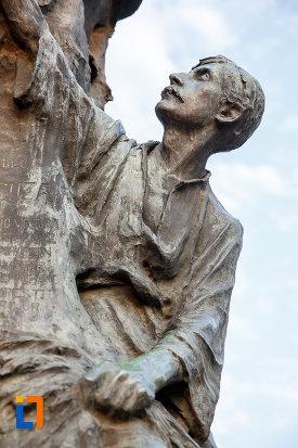 personaj-masculin-aflat-la-baza-statuii-lui-alexandru-ioan-cuza-din-alexandria-judetul-teleorman.jpg