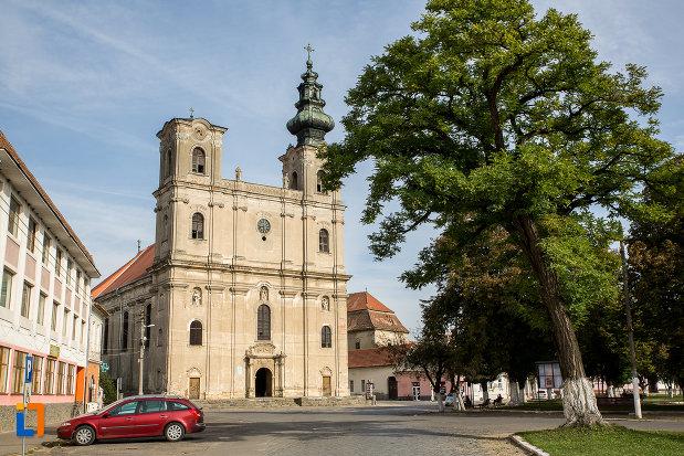 piata-centrala-cu-biserica-armeano-catolica-sf-elisabeta-din-dumbraveni-judetul-sibiu.jpg