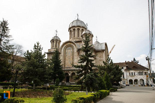 piata-centrala-cu-catedrala-sf-imparati-constantin-si-elena-din-hunedoara-judetul-hunedoara.jpg