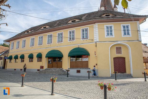piata-centrala-cu-expozitia-muzeala-istoricul-industriei-textile-din-cisnadie-judetul-sibiu.jpg