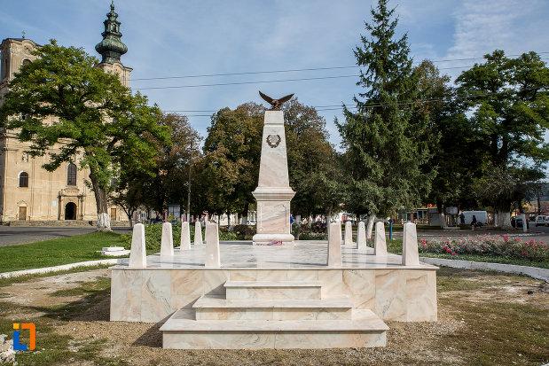 piata-centrala-cu-monumentul-eroilor-din-dumbraveni-judetul-sibiu.jpg