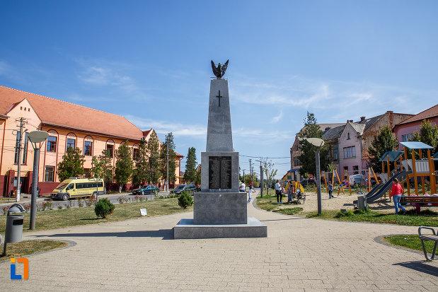 piata-centrala-cu-monumentul-eroilor-din-ocna-sibiului-judetul-sibiu.jpg