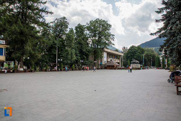 piata-centrala-din-orasul-campulung-moldovenesc-judetul-suceava.jpg