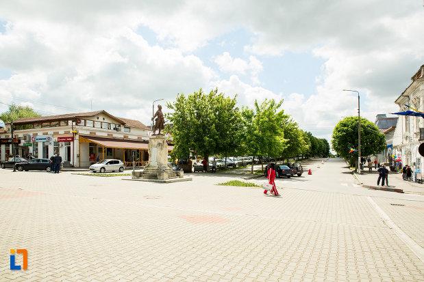 piata-cu-monumentul-eroilor-din-calafat-judetul-dolj.jpg