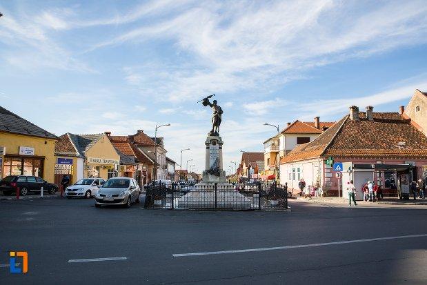 piata-cu-monumentul-eroilor-din-sacele-judetul-brasov.jpg