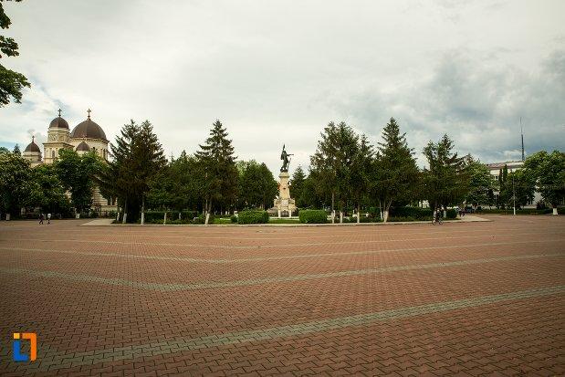 piata-cu-monumentul-independentei-din-corabia-judetul-olt.jpg