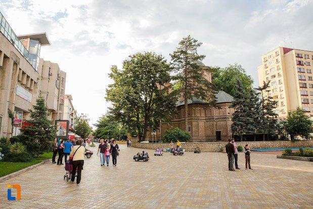 piata-de-langa-catedrala-sf-gheorghe-din-pitesti-judetul-arges.jpg