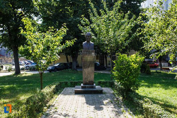 piata-eftimie-murgu-si-bustul-regelui-mihai-i-din-timisoara-judetul-timis.jpg