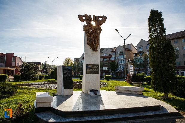piata-europa-si-monumentul-revolutionarilor-din-orastie-judetul-hunedoara.jpg