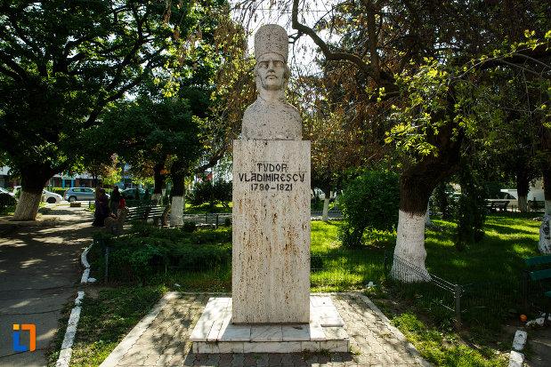 piata-pandurilor-si-bustul-lui-tudor-vladimirescu-din-dragasani-judetul-valcea.jpg