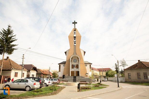 piata-si-biserica-greco-catolica-inaltarea-sfintei-cruci-din-aiud-judetul-alba.jpg