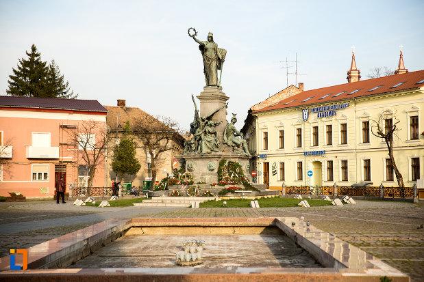 piata-si-monumentul-libertatii-din-arad-judetul-arad.jpg