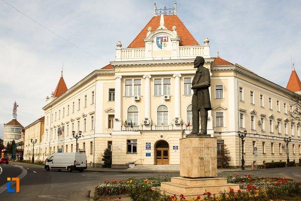 piata-si-statuia-lui-ion-icbratianu-din-alba-iulia-judetul-alba.jpg