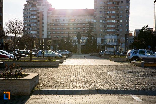 piata-si-statuia-lui-iuliu-maniu-din-alba-iulia-judetul-alba.jpg